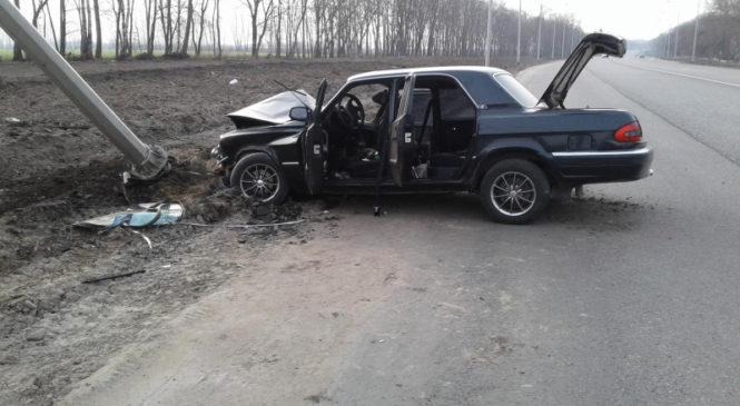 В Ивнянском районе «Волга» врезалась в столб: пострадали два человека