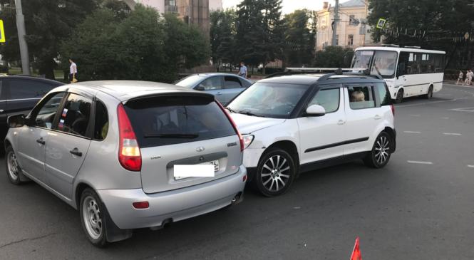 В Ярославле на Красной площади столкнулись две легковушки