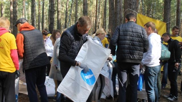 Раздельный сбор мусора организовала на экологическом субботнике «Балтика-Новосибирск»