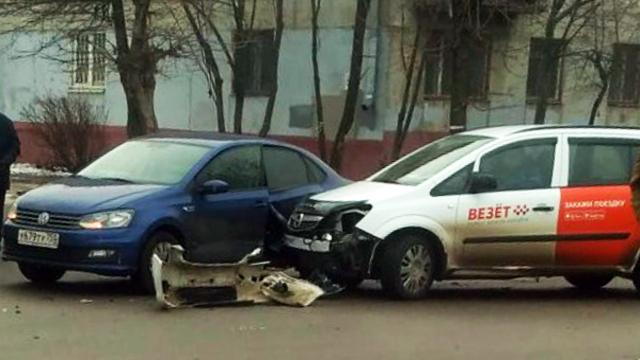 В Серпухове автомобиль такси «Везёт» попал в ДТП